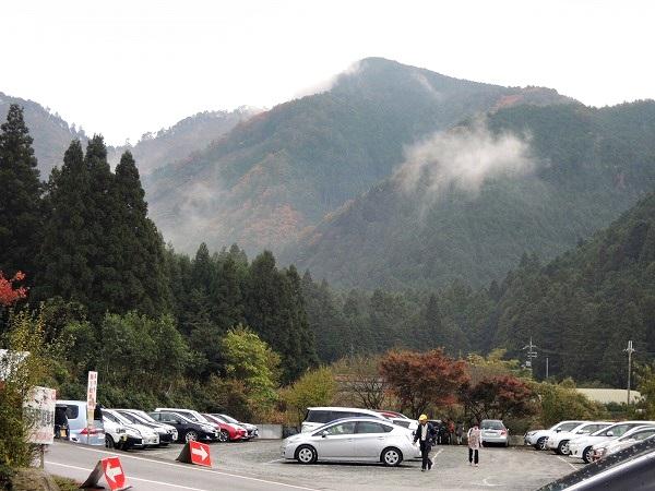 高源寺駐車場と山々