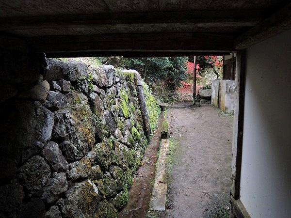 円通寺裏口に抜ける通路