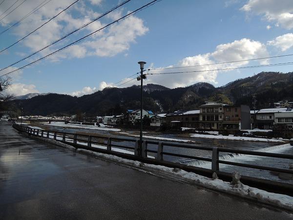 三朝川沿いの道