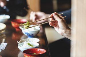 美味しい料理をお箸で食べる
