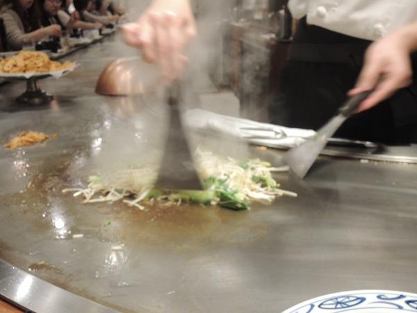 野菜を炒めるシェフ
