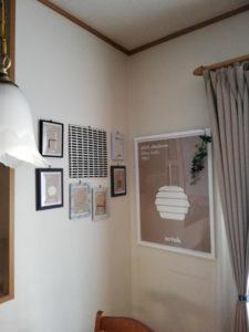 アルテックのポスターを壁に飾った様子