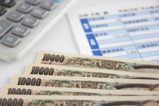 給料明細と一万円札