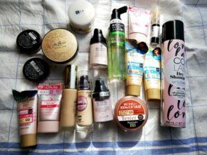 リサイクル買取JUSTYに出した化粧品を並べた