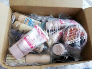 箱に入った不要な化粧品