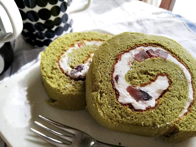抹茶ロールケーキの断面のアップ