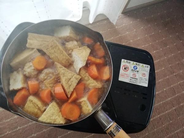ストーブの上の鍋に入った煮物