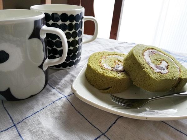 抹茶ロールケーキとマグカップ