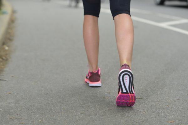 歩く女性の足
