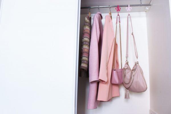 クローゼットに入ったピンクの洋服