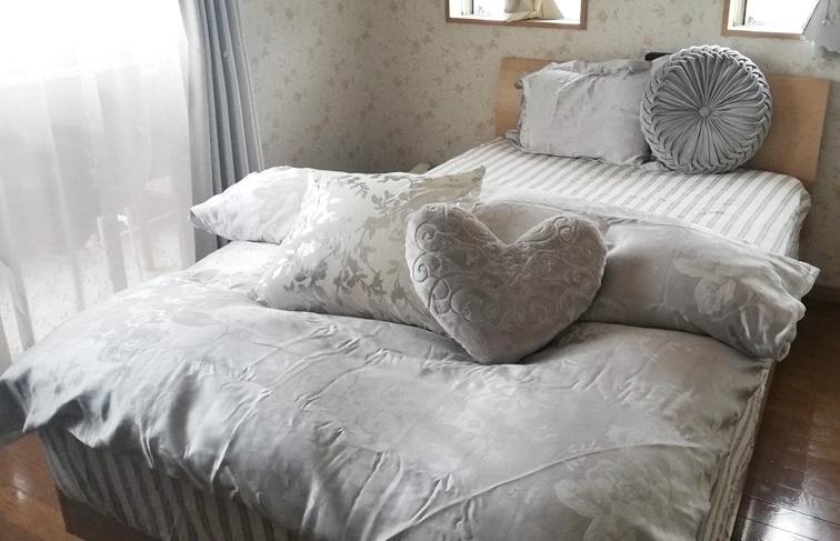グレーで揃えたベッドルーム