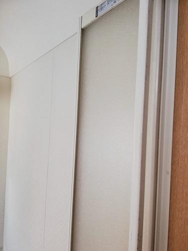 隙間にシリコンを入れたお風呂のドア