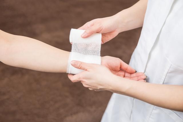 腱鞘炎に包帯を巻くナース