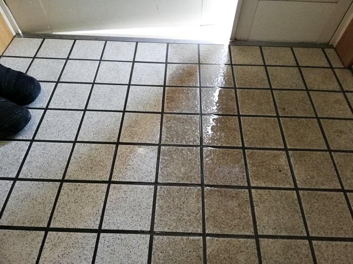 玄関たたきのタイルの黒ずみ掃除